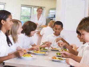 Foto Schulkinder beim gemeinsamen Mittagessen